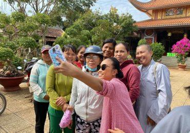 'Công chúa lai' nhà Đoan Trang thích thú khi đi phát quà từ thiện cùng mẹ