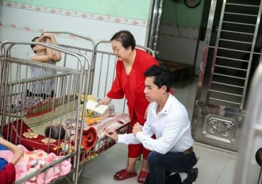 Ngọc Sơn tự lái xe đến tặng quà cho trẻ em mồ côi đón Tết sớm