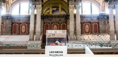 Messi tặng đôi giày trong trận vượt huyền thoại Pele