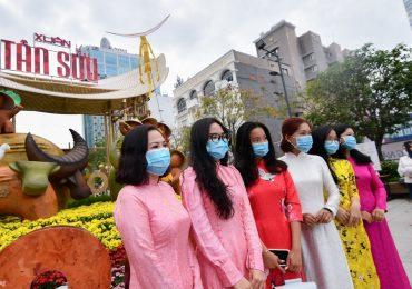 Người dân TP.HCM đeo khẩu trang check-in tại đường hoa Nguyễn Huệ