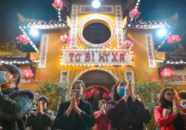 Người Hà Nội đeo khẩu trang đi lễ chùa Quán Sứ
