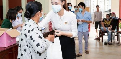 Tiểu Vy, Đỗ Hà, Kiều Loan tổ chức khám bệnh tổng quát cho công nhân khu công nghiệp tại Long An