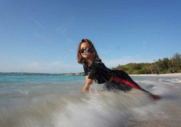 Hoa hậu H'Hen Niê bung xoã tạo dáng với thời trang bình dân
