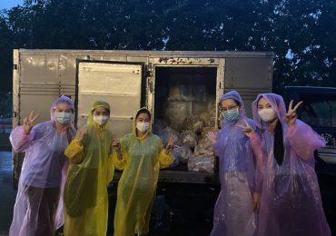 Dàn người đẹp đi tiếp tế lương thực: Ấm áp tình người trong đêm mưa