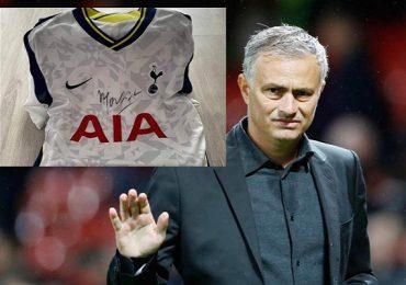 Áo đấu có chữ ký HLV Jose Mourinho được đấu giá 105 triệu đồng chuyển thành máy thở cho bệnh nhân Covid-19