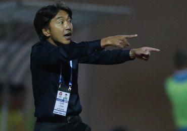 HLV Miura than phiền về mặt sân sau trận thua Thanh Hoá
