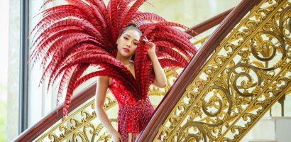 Người đẹp Linh Huỳnh mặc trang phục rực rỡ, diễu hành trên đường phố