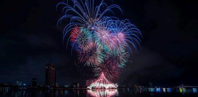 Khoảnh khắc pháo hoa hình cây cầu Quay biểu tượng của Đà Nẵng