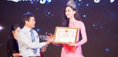 Lãnh đạo tỉnh Quảng Nam trao bằng khen cho Hoa hậu Tiểu Vy