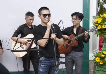 Quốc Thiên ngẫu hứng hát trên sân khấu vỉa hè thu hút khán giả