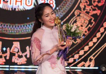 Lê Phương rạng rỡ nhận giải 'Diễn viên xuất sắc' tại LHP Truyền hình toàn quốc 2018