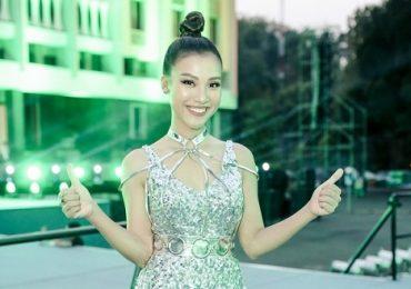 Á hậu Hoàng Oanh diện váy bó gợi cảm, tự tin dẫn song ngữ trước hàng ngàn khán giả