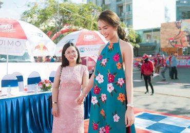 Hoa hậu Tường Linh hạnh phúc được bố mẹ đến cổ vũ tại sự kiện ở quê nhà