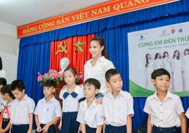 Diệu Ngọc, Lệ Quyên cùng dàn người đẹp Hoa khôi Áo dài trao quà cho các em học sinh