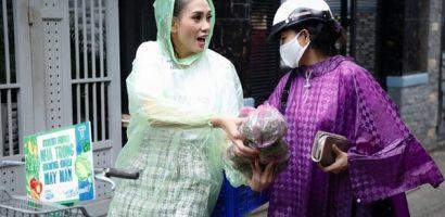 'Ngày may mắn': Võ Hoàng Yến đội mưa bán rau giúp đỡ gia đình nghèo gặp nhiều biến cố