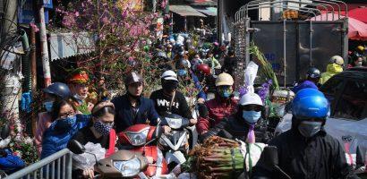 Chợ hoa Quảng Bá đông nghẹt người, giao thông ùn ứ