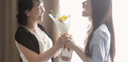 Chi Pu tự chuẩn bị hoa và quà tặng mẹ cùng những người phụ nữ quanh mình