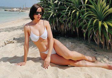 Bella Mai thả dáng sexy, khoe đường cong quyến rũ