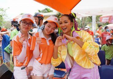 Hoa hậu H'Hen Niê tết tóc hai búi, diện đồ thể thao cổ vũ các tay đua xe đạp